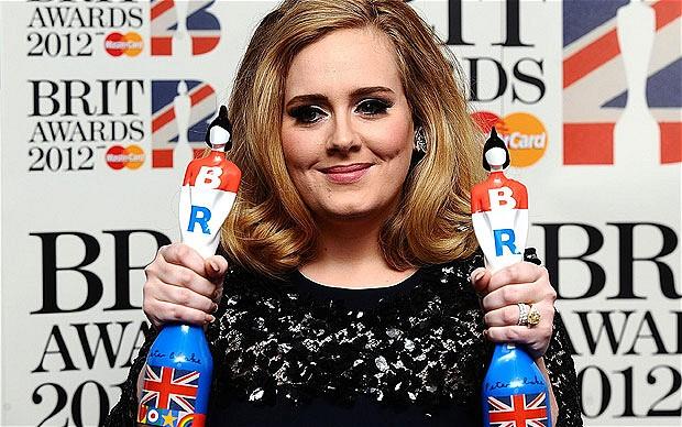 Adele si cele doua trofee Brit Awards