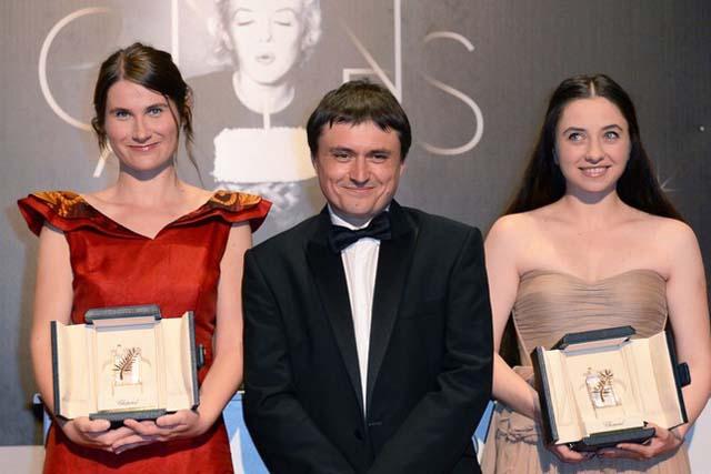 Echipa care ne-a adus doua premii la Cannes 2012 (de la stinga la dreapta): Cristina Flutur, Cristian Mungiu si Cosmina Stratan