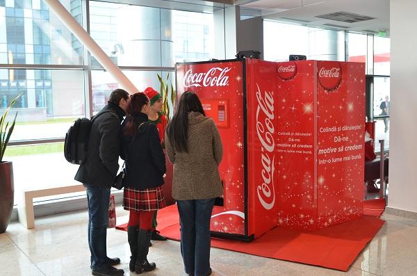 Coca-Cola te invită să colinzi și să dăruiești/ Iasi, 15 decembrie AUTOMATUL COCA-COLA COLINDE