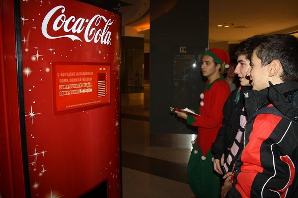 Coca-Cola te invită să colinzi și să dăruiești AUTOMATUL COCA-COLA COLINDE