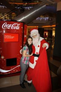 Coca-Cola te invită să colinzi și să dăruiești AUTOMATUL COCA-COLA COLINDE mos craciun