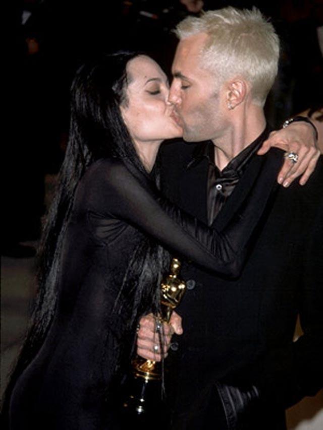 Angelina-Jolie_sarut fratesc