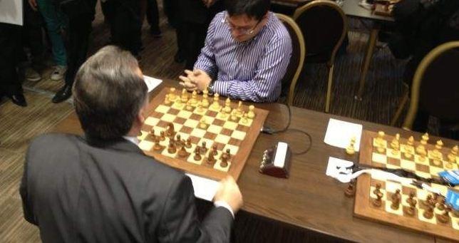 Campionatul mondial de şah a debutat azi: primarul si ministrul au avut prima mutare