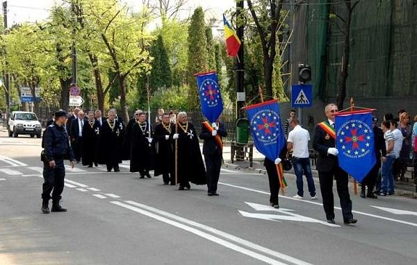 cavalerii-vinului-iasi-parada-pietonalul-stefan-cel-mare-foto-arhiva-ordinul-european-al-cavalerilor-vinului-ziarul-de-iasi-