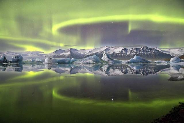 Aurora-Over-a-Glacier-Lagoo
