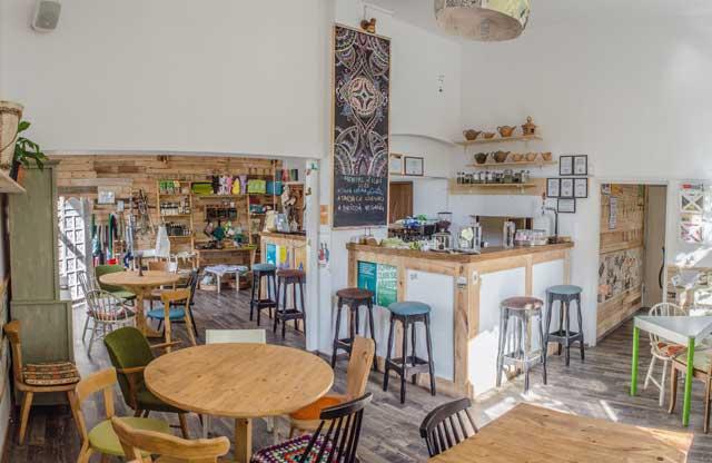 CUIB este primul proiect de antreprenoriat social din România care funcționează sub forma unui spațiu pluridimensonal cuprinzând un bistro, un magazin și spațiu pentru evenimente cultural-educative.