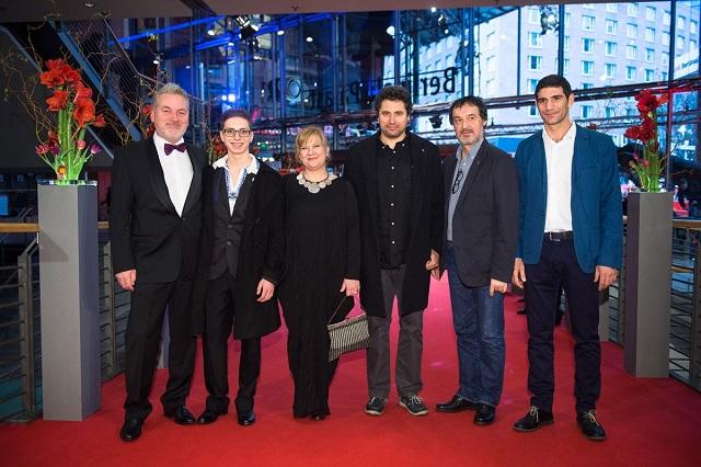 Echipa filmului pregatita sa intre pe covorul rosu la Berlinale 2015. De la stanga la dreapta: Teodor Corban, Mihai Comanoiu, Ada Solomon, Radu Jude, Alexandru Dabija, Cuzin Toma.